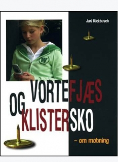 """""""Vortefjæs og Klistersko"""" – om mobning. Af Jari Kickbusch"""
